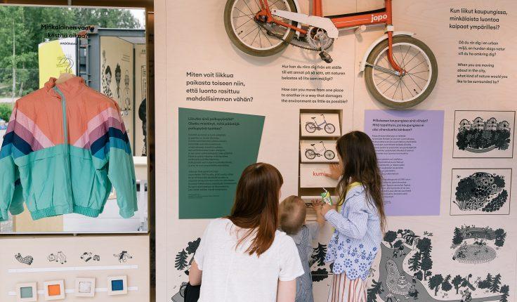 Äiti ja lapset tutustuvat Labra-näyttelyyn.