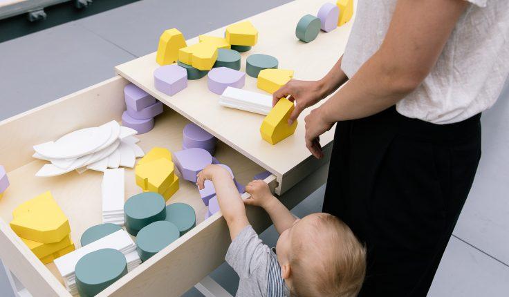 Äiti ja taapero tutustuvat näyttelyn esineisiin.